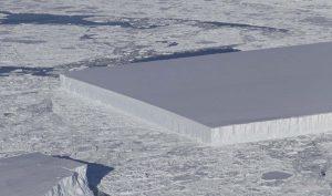 Tảng băng trôi hình chữ nhật nổi trên biển Weddell, ngoài khơi Nam Cực. (Ảnh: NASA)