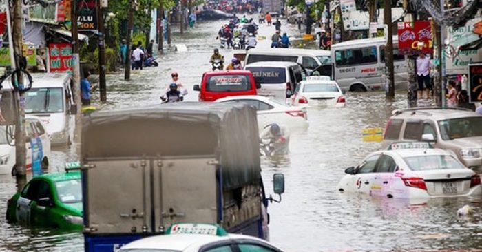 Trận mưa lịch sử do hoàn lưu bão số 9 gây ngập sâu ở TP HCM