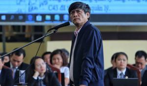 Ông Nguyễn Thanh Hóa khi ra hầu tòa.