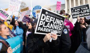 Các nhà hoạt động chống phá thai tham gia vào Tuần hành bảo vệ sự sống, một sự kiện thường niên để kỷ niệm Roe v. Wade, bên ngoài Tòa án Tối cao Hoa Kỳ ở Washington, D.C., vào ngày 18 tháng 1. (Ảnh: Saul Loeb/AFP/Getty Images)