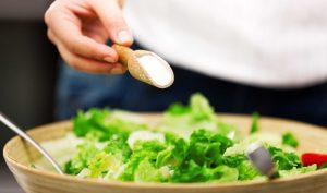 Hấp thụ thực phẩm chứa nhiều muối có thể mắc huyết áp cao, bệnh tim mạch và các nguy cơ tiềm ẩn khác.