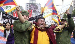 Lính Trung Quốc khống chế sư Tây Tạng. Đây là 1 hoạt cảnh trong cuộc biểu tình Tây Tạng tại Đài Loan (12/3/2011) nhân 52 năm Tây Tạng bị Trung Quốc chiếm.
