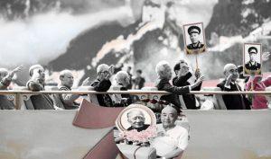 Tròn 70 năm ngày 'quốc thương' của ĐCSTQ, Bạc Hy Thành, em trai của Bạc Hy Lai, xuất hiện trong buổi diễu hành, giơ cao bức hình cha của ông là Bạc Nhất Ba. (Ảnh: NTDTV)