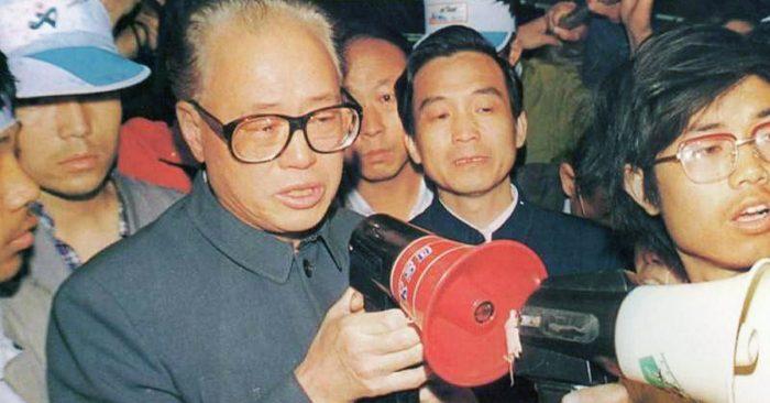 Tổng Bí thư Triệu Tử Dương cố gắng thuyết phục sinh viên ngừng tuyệt thực trong phong trào biểu tình của sinh viên năm 1989.