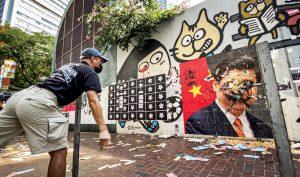 Người biểu tình ném trứng vào hình của Chủ tịch Tập Cận Bình.