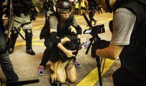 Cảnh sát Hồng Kông thường xuyên bắt giữ người biểu tình là nữ để làm trò tiêu khiển.