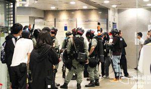 Cảnh sát chống bạo động bên trong Tòa nhà Tòa án Quận Đông, Hồng Kông.