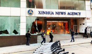 """Người biểu tình đã tập kích """"Tân Hoa Xã"""" chi nhánh Hồng Kông ở khu mua sắm Wan Chai, phóng hỏa ở đại sảnh."""