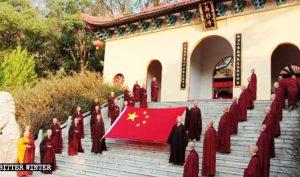 Vào ngày 1/10, các phật tử tại chùa Vạn Sam ở thành phố Lư Sơn đã cử hành lễ chào cờ.