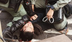 Việc cảnh sát Hồng Kông lạm dụng bạo lực đã khiến hình tượng cảnh sát sụp đổ trong lòng người dân.