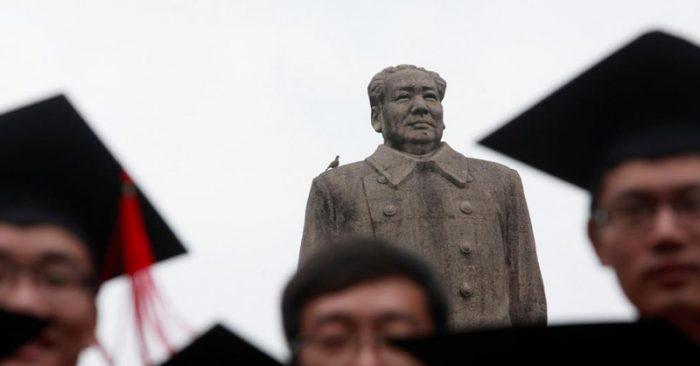 Sinh viên Đại học Phục Đán nhận bằng trước tượng Mao năm 2013