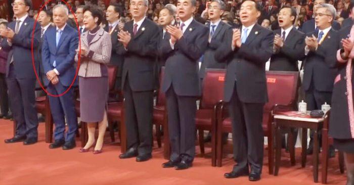 Ông Lâm Triệu Ba đứng bên cạnh Lâm Trịnh đan tay trước bụng từ đầu đến cuối trong khi mọi người vỗ tay hát.