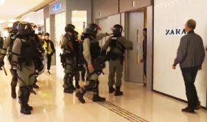 """Cảnh sát Hồng Kông va vào người qua đường, lại cảnh cáo """"Đừng khiêu khích!"""""""