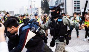 Ngày 22/12, trong cuộc mít tinh ở Quảng trường Edinburgh, Trung Hoàn, cảnh sát Hồng Kông hành hung người biểu tình.
