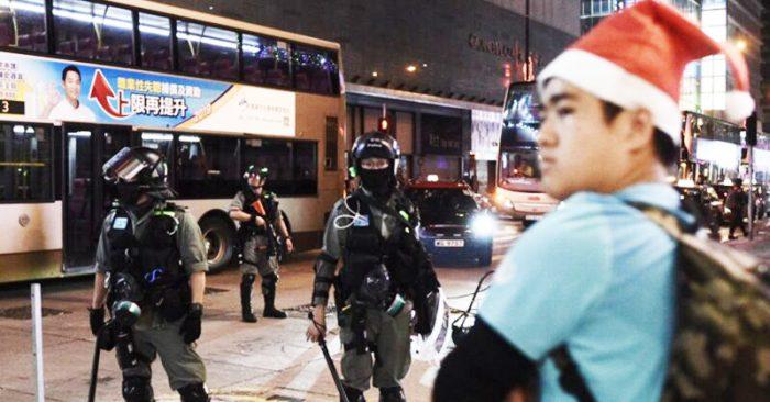 Đêm Giáng sinh 25/12, cảnh sát Hồng Kông điên cuồng bắt người, không ít trung tâm thương mại bị ép phải đóng cửa sớm.