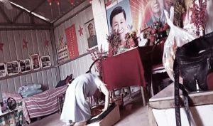Một người phụ nữ trẻ dùng nghi thức kỳ lạ lôi thôi lếch thếch tiến hành cúng bái với những bức chân dung trên tường