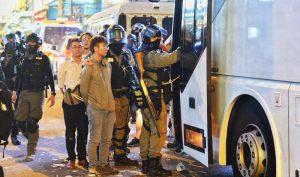 Ngày 13/11, tại đường lớn sau Empire Hotel Hong Kong, cảnh sát chống bạo động đã bắt một nhóm người biểu tình đưa lên một chiếc xe bus du lịch, không rõ đi hướng nào.