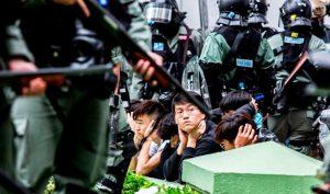 Cảnh sát Hồng Kông ép người dân quỳ xuống đất, đặt hai tay ra sau đầu, đối xử giống như tù binh.