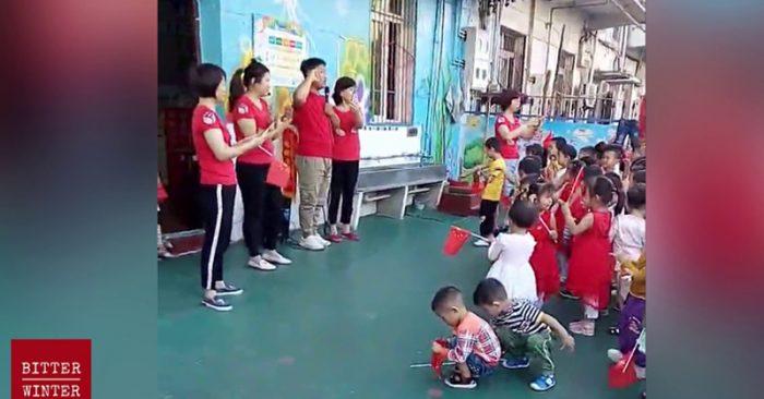 Thầy cô giáo hướng dẫn những đứa trẻ ngây thơ tuyên thệ trung thành với ĐCSTQ và các nhà lãnh đạo quốc gia.