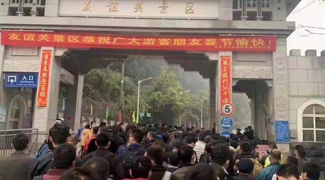 Hơn 700 người Trung Quốc xếp hàng nhập cảnh vào Việt Nam