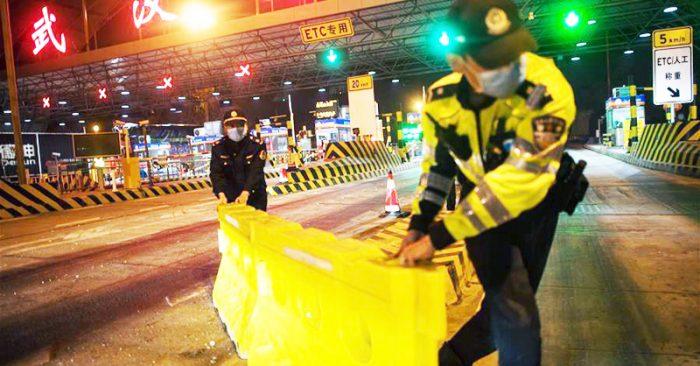 Lúc 0h ngày 8/4, nhân viên trạm thu phí cao tốc Vũ Hán Bắc dọn dép rào chắn được dựng lên ở đây trong suốt 76 ngày qua