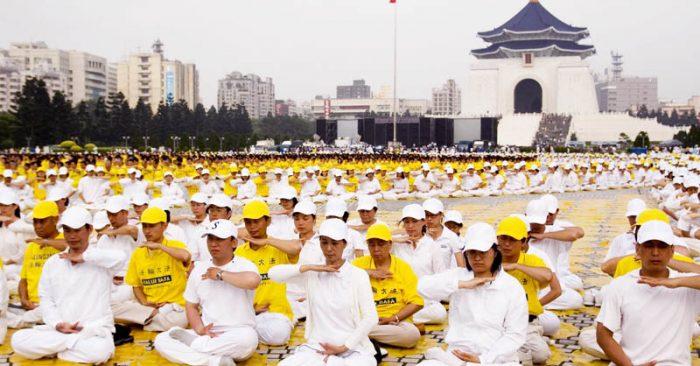 Các học viên Pháp Luân Công luyện công tập thể ở trước đài tưởng niệm quốc gia Tưởng Giới Thạch, Đài Loan.