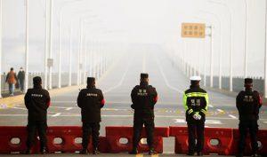 Cảnh sát chốt chặn tại cầu vượt sông Dương Tử, nối từ tỉnh Hồ Bắc tới, tại thành phố Cửu Giang, tỉnh Giang Tây.