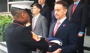 Tổng lãnh sự Mỹ tại Thành Đô Jim Mullinax nhận quốc kỳ, đánh dấu khoảnh khắc Tổng lãnh sự quán Mỹ tại Thành Đô chính thức bị đóng cửa