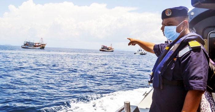 Quan chức Malaysia chỉ về tàu cá Việt Nam đang bị giữ.